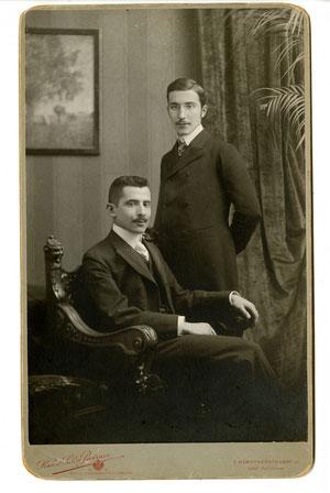 Stefan Zweig, de pie, con su hermano Alfred en Viena (c. 1900)